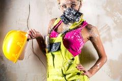 佩带人工呼吸机的女性摆在户内 免版税库存图片