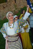 佩带传统衣物摆在的美女 免版税图库摄影
