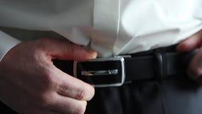 佩带传送带皮带的一个人 影视素材