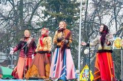 佩带传统俄国clothers的小组妇女在莫斯科唱在Maslenitsa的一首歌曲 免版税库存图片