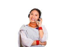 佩带传统安地斯山的披肩、红色项链和耳机,互动的摆在的特写美丽的少妇照相机的 免版税库存图片