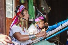 佩带传统金属的未认出的Padaung资深妇女敲响在她的脖子上 免版税库存照片