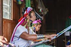 佩带传统金属的未认出的Padaung资深妇女敲响在她的脖子上 库存图片