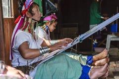 佩带传统金属的未认出的Padaung资深妇女敲响在她的脖子上 免版税库存图片