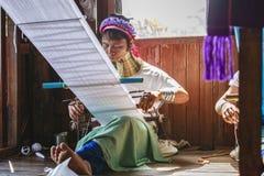 佩带传统金属的未认出的Padaung资深妇女敲响在她的脖子上 免版税图库摄影