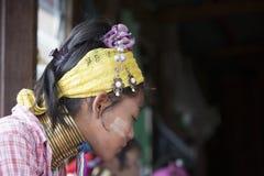 佩带传统金属的未认出的Padaung资深妇女敲响在她的脖子上 图库摄影