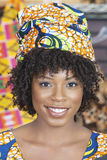佩带传统顶头套的一名非裔美国人的妇女的特写镜头画象 免版税库存照片