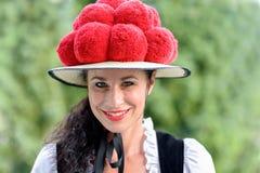 佩带传统Bollenhut的可爱的妇女 库存图片