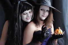 佩带作为巫婆的青少年的女孩为万圣夜 免版税图库摄影