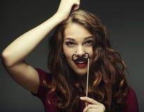 佩带假髭的女孩 准备好的当事人 免版税库存图片