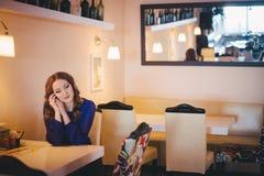 佩带偶然蓝色在餐馆caffe的Diwa天使神秘的夫人妇女礼服偏僻的开会与等候她的boyfreind hu的coffe杯子 图库摄影