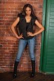 佩带偶然黑色的美丽的性感的非裔美国人的黑人妇女 图库摄影