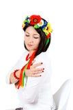 佩带全国乌克兰语的美丽的年轻深色的妇女穿衣 免版税库存图片