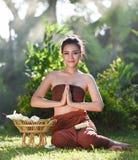 佩带典型的泰国礼服薪水尊敬的妇女 图库摄影