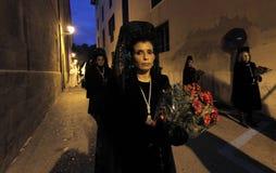 佩带典型的连披肩之头纱的妇女在圣周期间在西班牙 库存图片