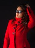 佩带冬天的有吸引力的外套女孩太阳镜 图库摄影