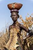 佩带动物皮革的Dassanech妇女画象 库存图片