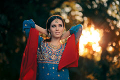 佩带印地安服装和首饰集合的时尚妇女 免版税图库摄影