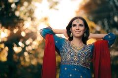 佩带印地安服装和首饰集合的时尚妇女 免版税库存图片