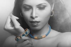 佩带印地安首饰的印地安夫人画象 免版税库存图片