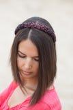佩带发带的美丽的女孩 免版税库存照片