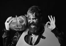 佩带可怕构成举行的人切开了在脖子的南瓜剪影 免版税图库摄影
