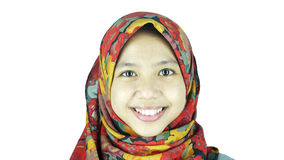 佩带回教博士的年轻美丽的亚裔回教妇女画象  免版税图库摄影