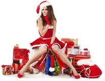 佩带圣诞老人的性感的女孩穿衣与圣诞节g 免版税库存照片