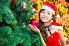 佩带圣诞老人的美丽的性感的女孩画象穿衣 免版税库存照片