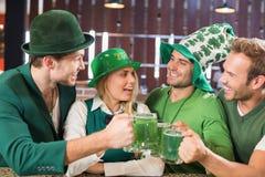 佩带圣Patricks天的朋友同衣裳敬酒联系在一起 免版税库存图片