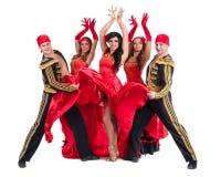 佩带在传统佛拉明柯舞曲礼服的舞蹈家队 免版税库存照片