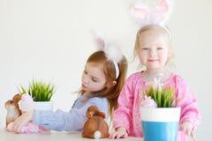佩带在复活节的两个姐妹兔宝宝耳朵 免版税库存图片