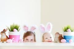 佩带在复活节的两个姐妹兔宝宝耳朵 图库摄影