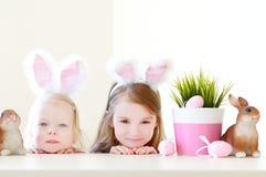 佩带在复活节的两个姐妹兔宝宝耳朵 免版税图库摄影