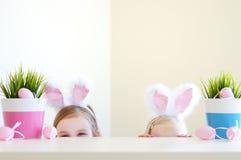 佩带在复活节的两个姐妹兔宝宝耳朵 免版税库存照片