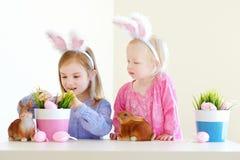 佩带在复活节的两个姐妹兔宝宝耳朵 库存图片