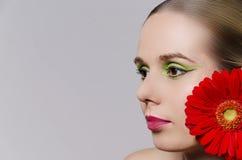 佩带在她的头发的妇女一朵花水平 免版税图库摄影