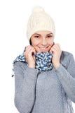 佩带在帽子和围巾的逗人喜爱的妇女 图库摄影