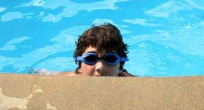 佩带在游泳池的男孩蓝色风镜 免版税库存照片