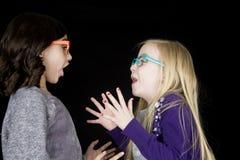 佩带在表示的两个可爱的女孩质朴的玻璃戏曲 免版税库存照片