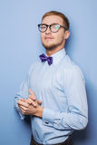 佩带在衬衣和蝶形领结的英俊的年轻人画象  库存照片