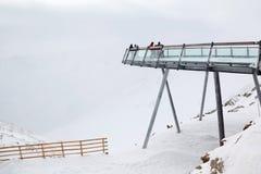 佩带在运动装的滑雪者是在高的监视 免版税库存图片