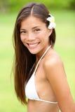 面带夏威夷花微笑的比基尼泳装女孩新鲜 图库摄影