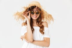 佩带大草帽和su的逗人喜爱的快乐的妇女20s画象  图库摄影
