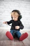 佩带大黑耳机的婴孩 图库摄影