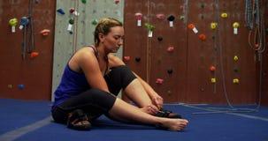佩带她的鞋类的妇女在bouldering的健身房4k 影视素材