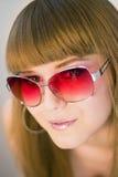 佩带妇女年轻人的太阳镜 免版税库存照片