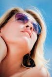 佩带妇女年轻人的纵向太阳镜 库存图片