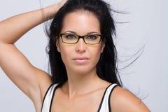 佩带妇女年轻人的美丽的玻璃 免版税库存照片