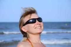 佩带妇女年轻人的2副太阳镜 免版税库存照片